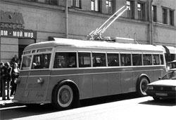 Рис. 1. Троллейбус на остановке